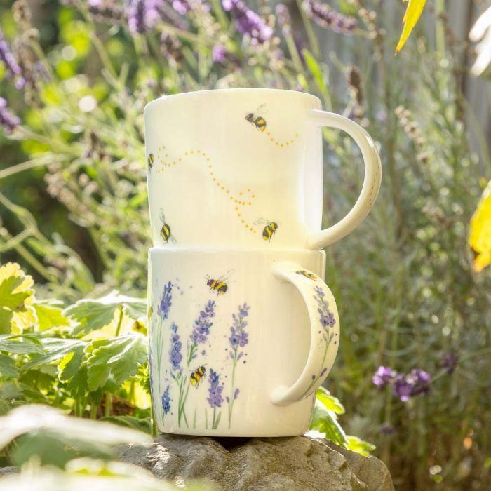 Tasse mit Hummeln (Roy Kirkham)